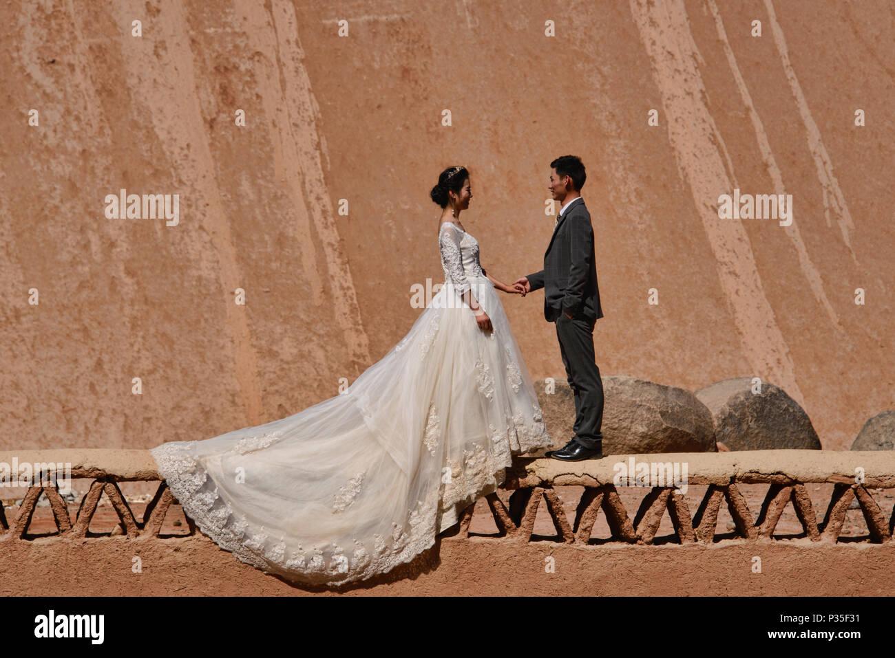 Getting married in the Flaming Mountains, Turpan, Xinjiang, China - Stock Image