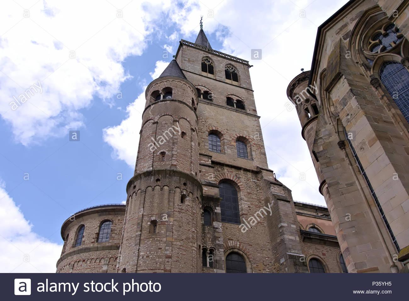 The High Cathedral of Saint Peter in Trier, Germany. Trierer Dom ist die älteste Bischofskirche Deutschlands und das bedeutende sakrale Bauwerk. Stock Photo