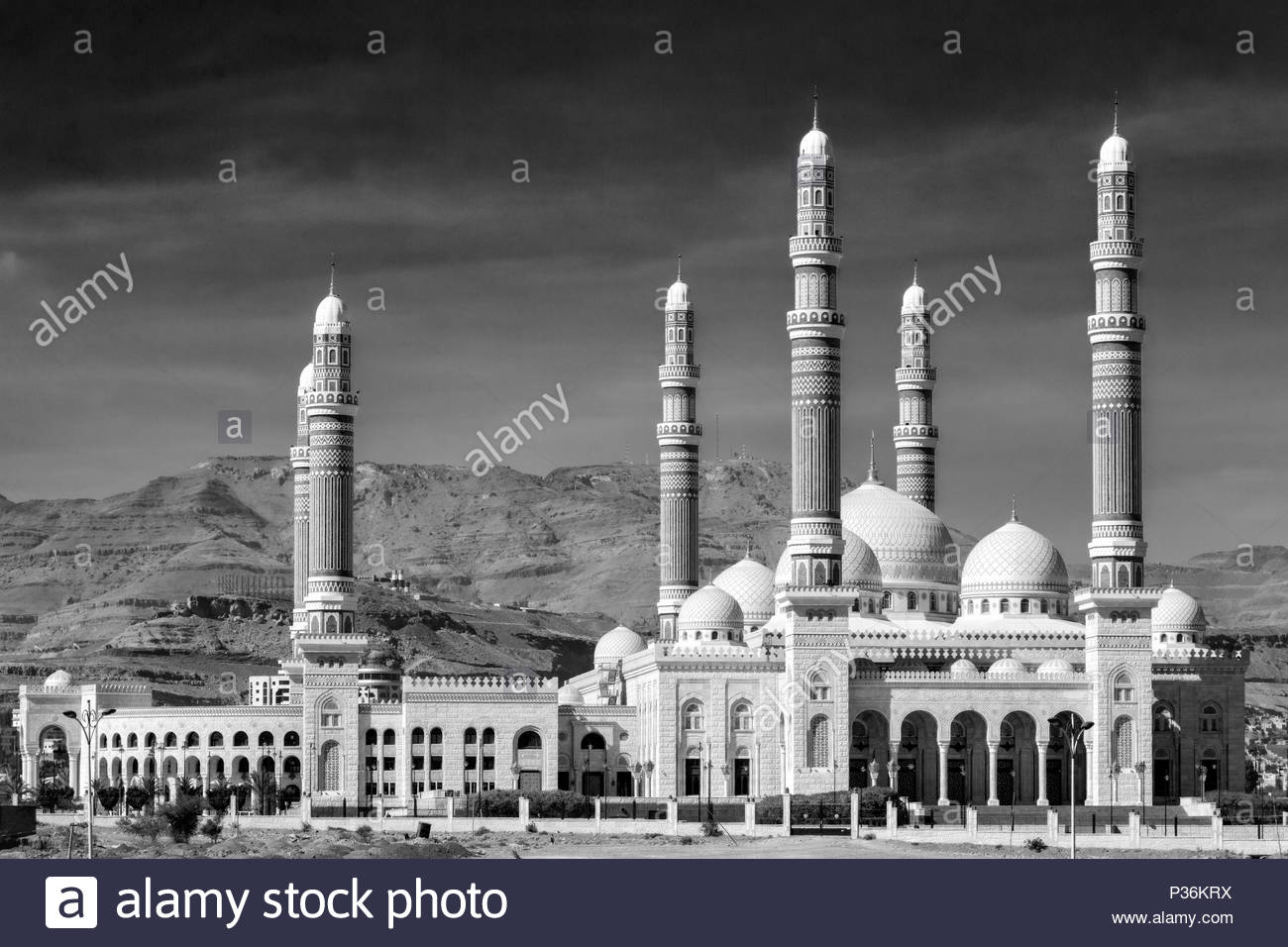 Al Saleh Mosque with mountains in the background - Stock Image
