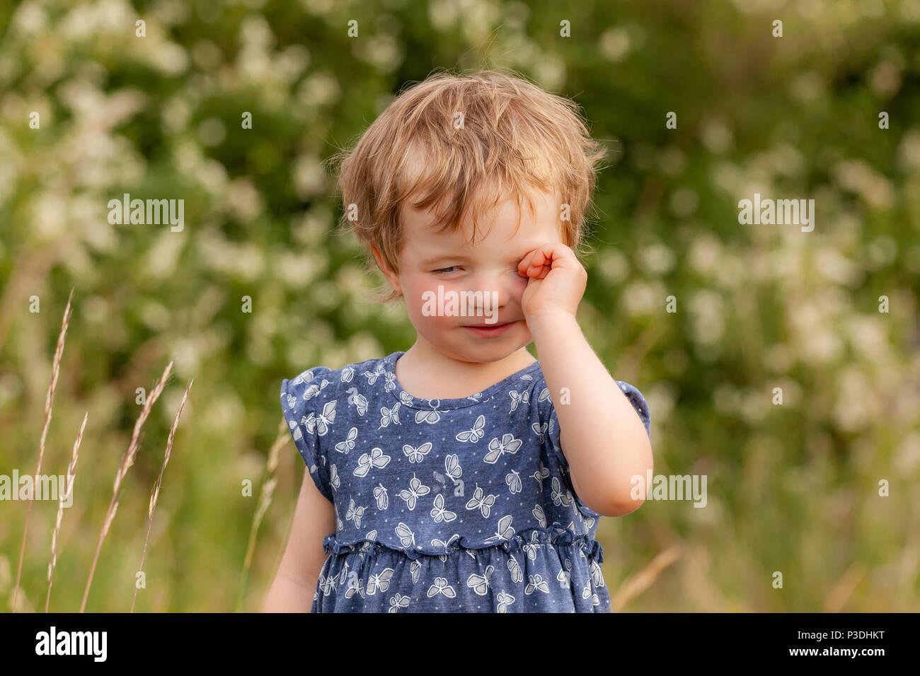 Nein ich bin nicht Müde müdes  Kind reibt sich die Augen - Stock Image