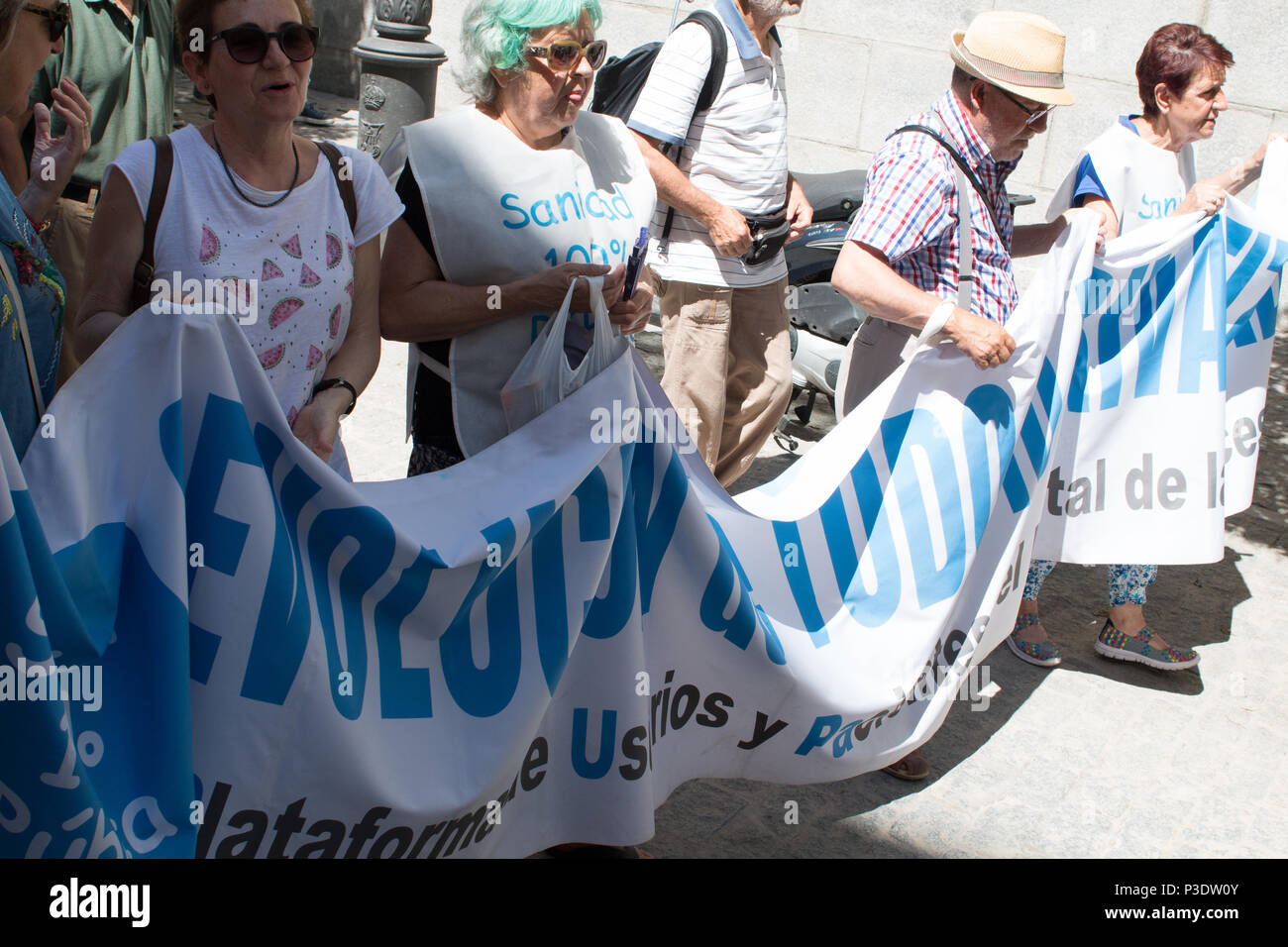 A pancart that says 'Return all the privatized'. People comes to the 69th White Tide for protest against the privatization of public Healhtcare. (Photo by Jorge Gonzalez / Pacific Press) - Stock Image