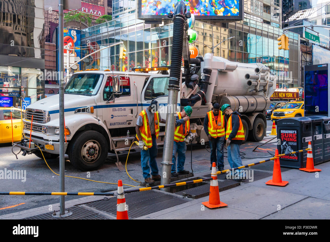 Workers cleaning sewer - Stock Image