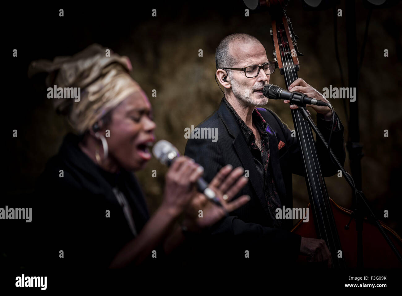 Yan Speake bassist and Ley Adewole lead vocalist of The Grace Notes performing at Trebah Garden amphitheatre in Cornwall. Stock Photo