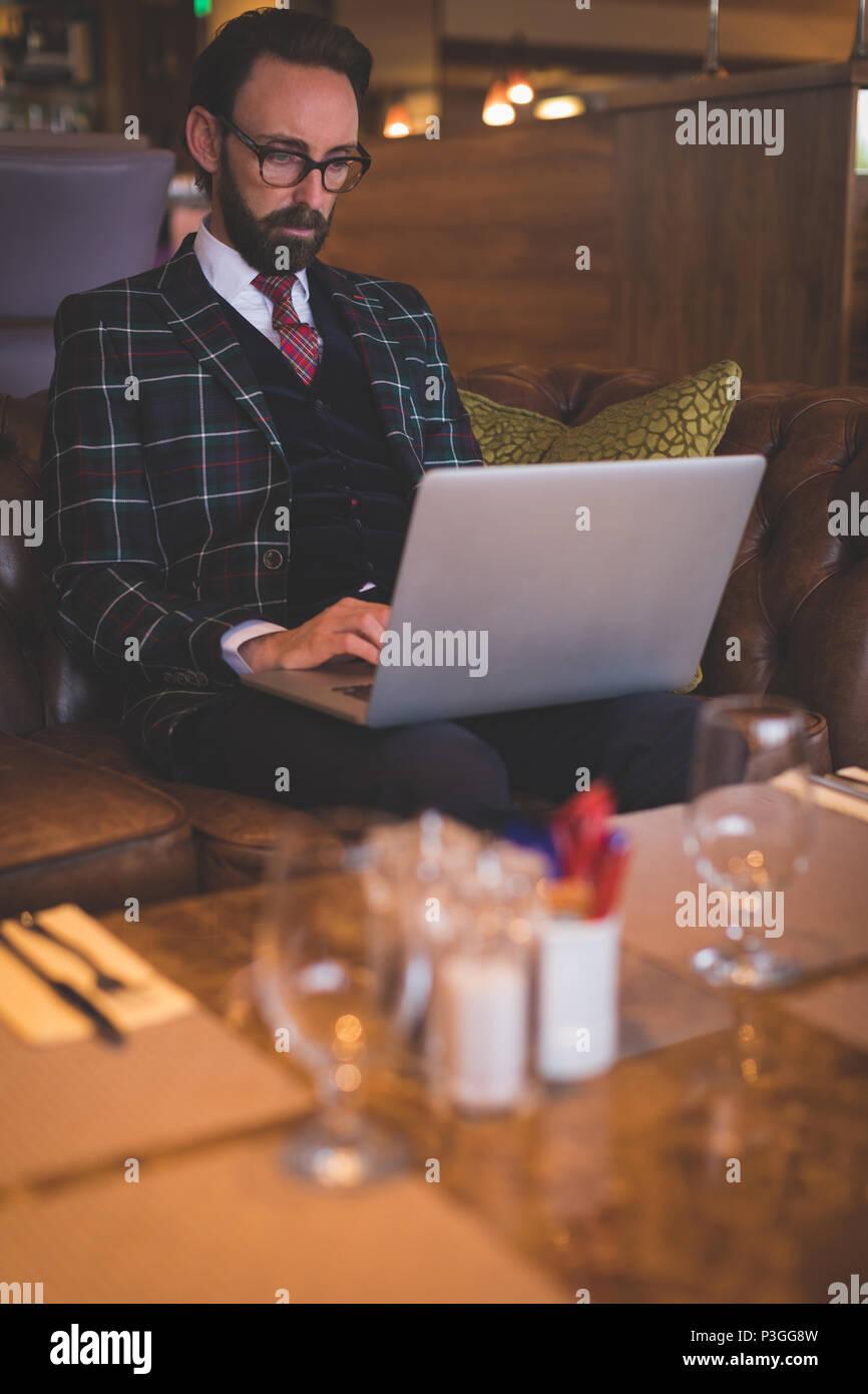 Businessman using laptop - Stock Image