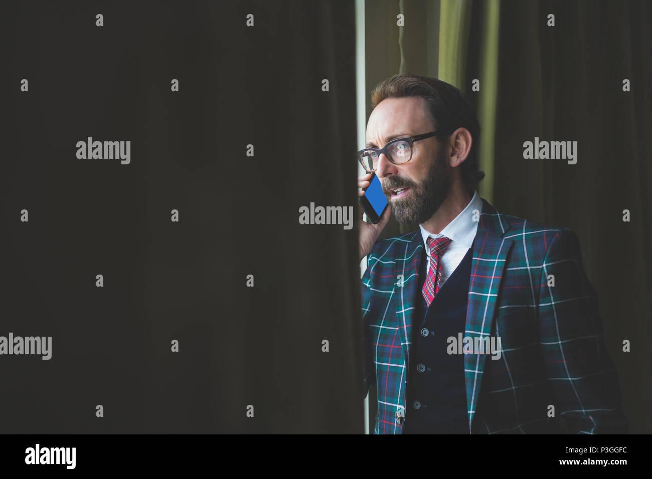 Businessman talking on mobile phone - Stock Image