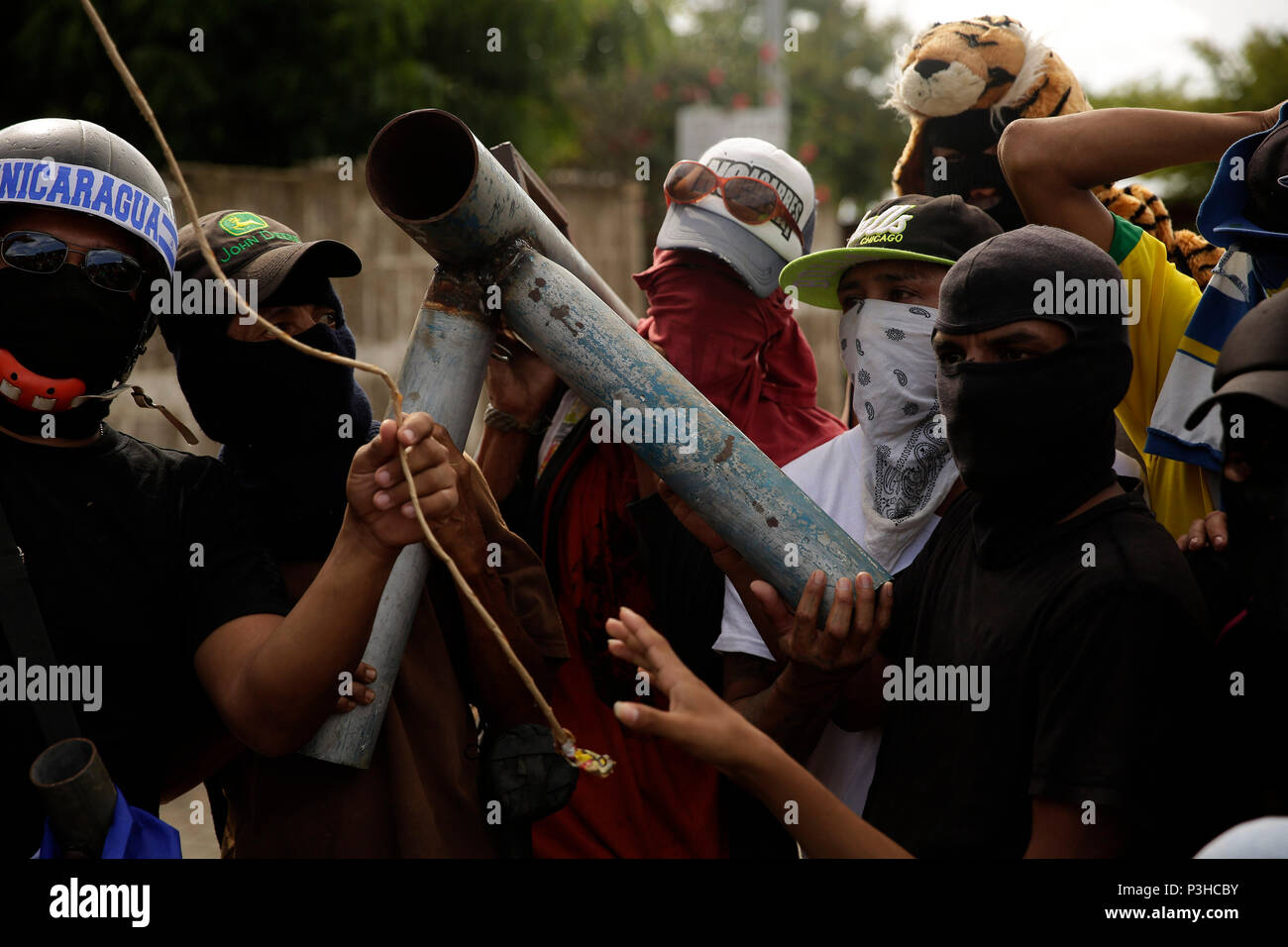 Masaya, Nicaragua. 19th June, 2018. Young men are seen with a weapon baptized as 'La Nina', in Masaya, Nicaragua, 18 June 2018. Masaya, the city that was the cradle of the Sandinista revolution forty years ago and today leads the revolts against Nicaraguan President Daniel Ortega, prepares for self-government, announcing that they reject the authority of the Ortega government, as well as after throwing out the mayor, and confining the police in their barracks. Credit: RODRIGO SURA/EFE/Alamy Live News - Stock Image