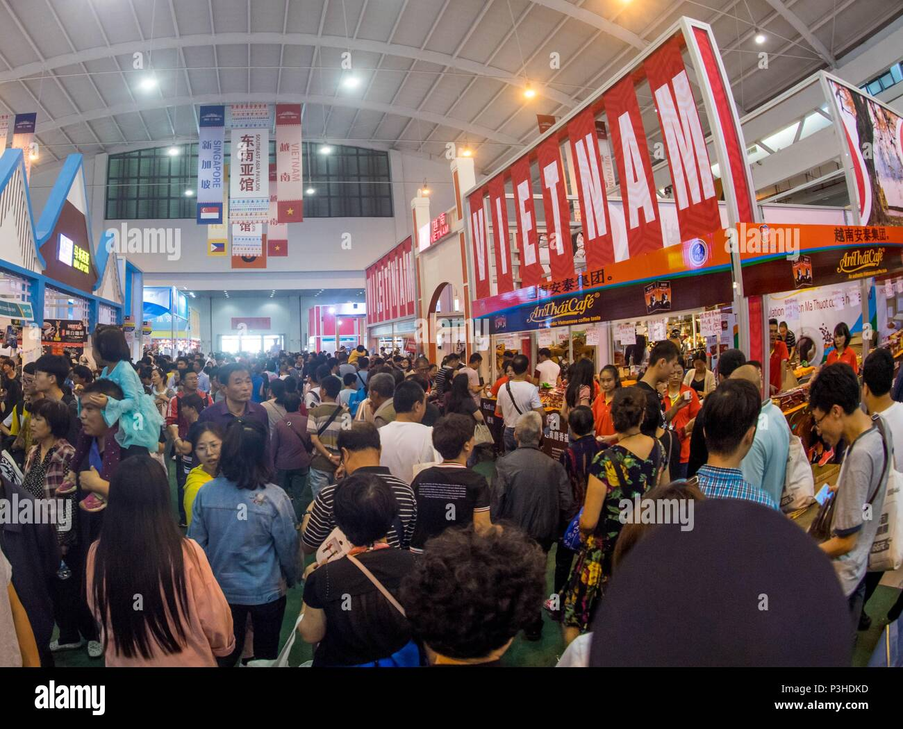 Kunming, China's Yunnan Province  18th June, 2018  People visit the