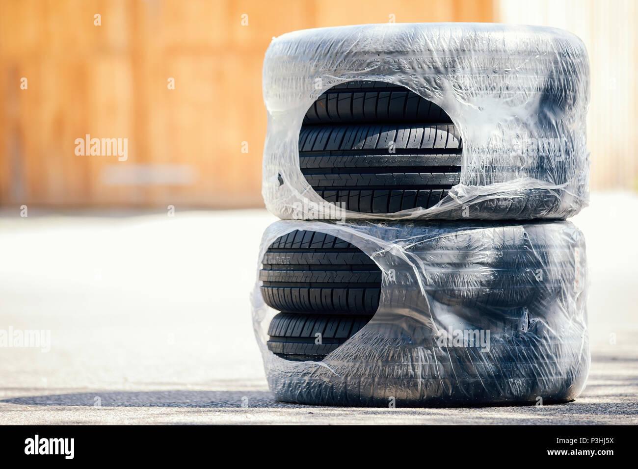 Sommer-Reifen in Folie verpackt, Bestellung über Internet, Online-Bestellung, Reifen, Sommerreifen, neu, vier - Stock Image