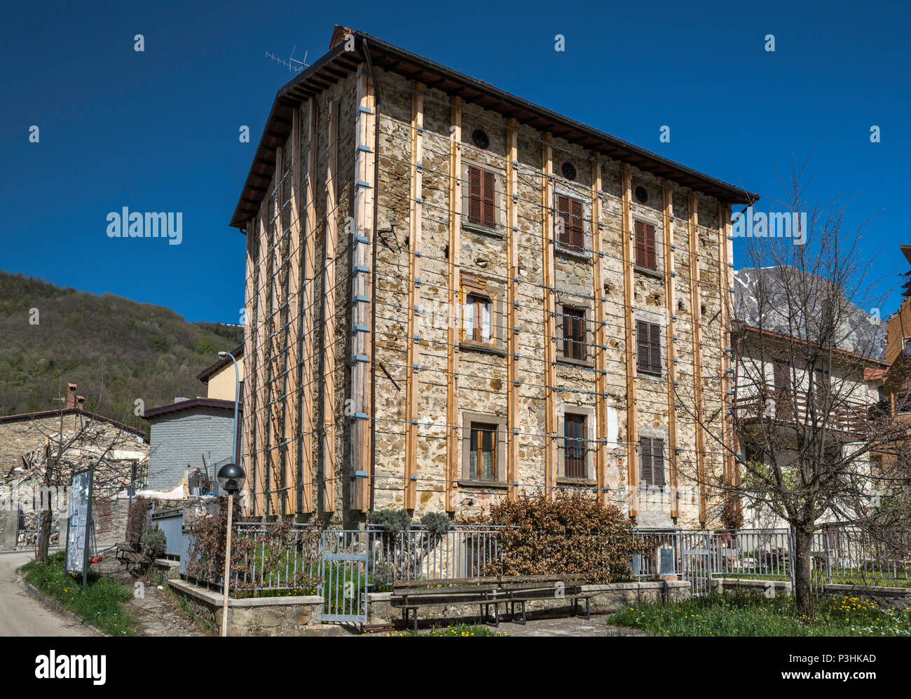 Abandoned building protected by steel braces in village of Piedilama, destroyed by  earthquakes in October 2016, Central Apennines, Marche, Italy - Stock Image