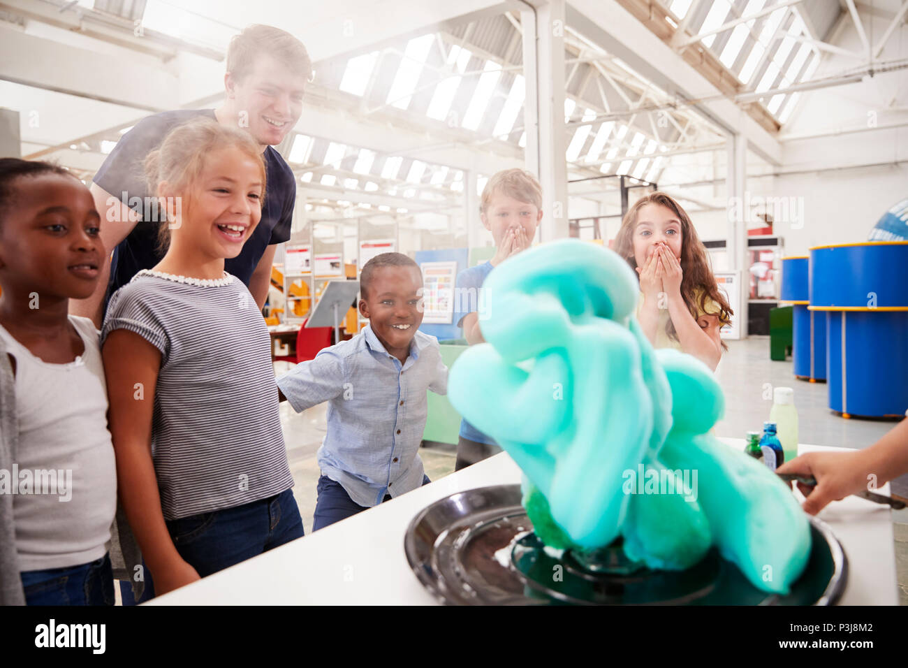 School kids watching an experiment at a science centre - Stock Image