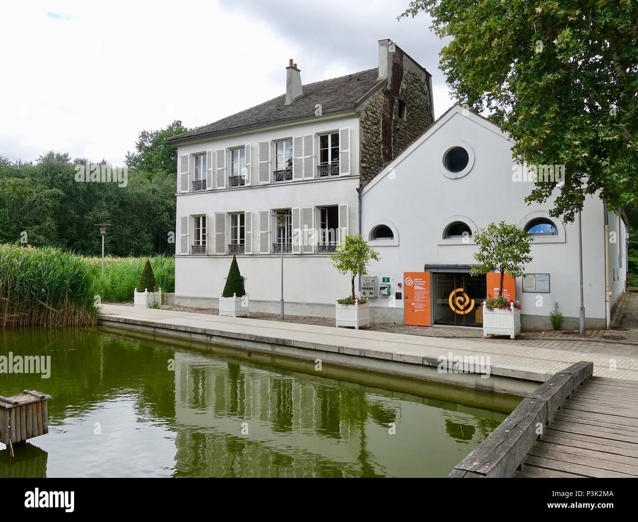 Lake pavilion and Paris Climate Agency Office, Bercy Park, Paris, France - Stock Image