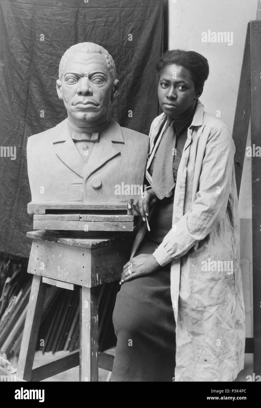 Selma Burke with her portrait bust of Booker T. Washington. Selma Hortense Burke (1900 – 1995) American sculptor - Stock Image