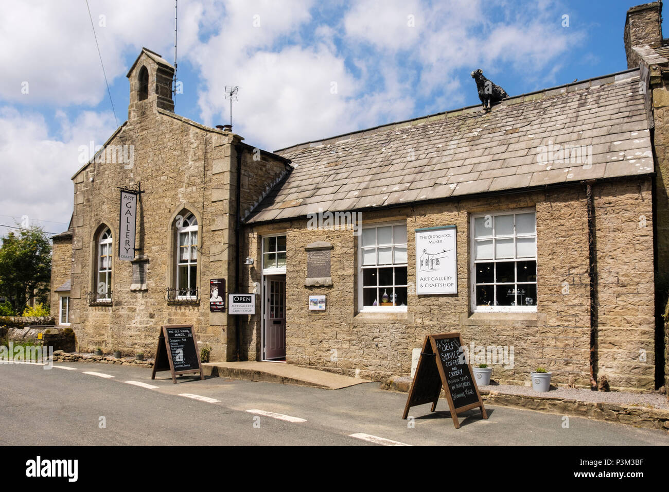 Art Gallery and Craftshop in the old school. Muker, Swaledale, Yorkshire Dales National Park, North Yorkshire, England, UK, Britain - Stock Image