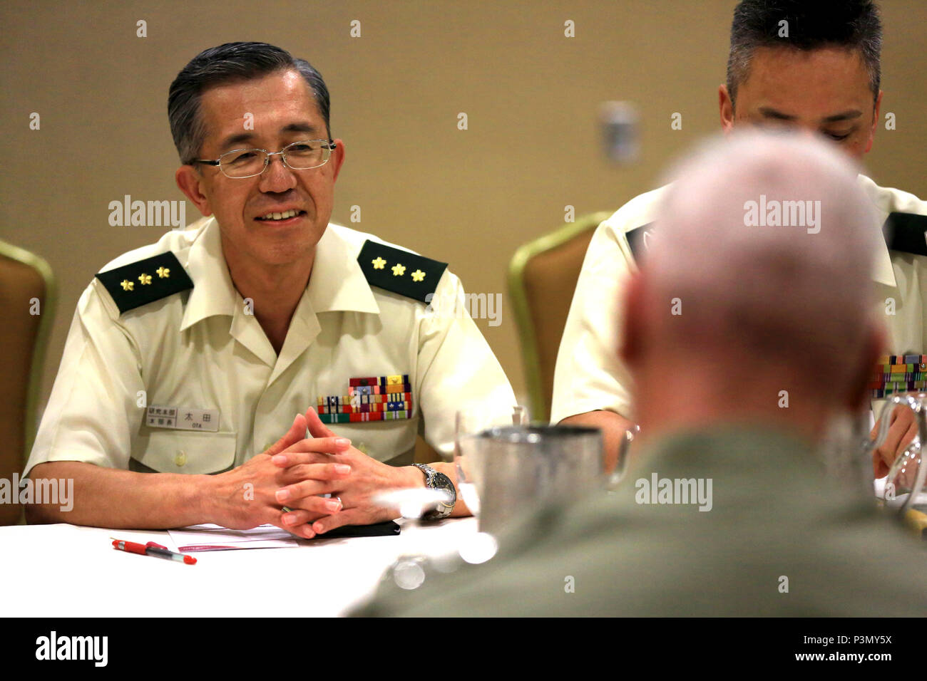 Japanese Lt. Gen. Makiya Ota, commanding general, Japan Ground Self Defense Force Research and Development, speaks with U.S. Marine Corps Lt. Gen. John A Toolan, commanding general, Fleet Marine Force, Pacific, during a group meeting at the Pacific Command Amphibious Leaders Symposium 2016 in San Diego, Calif., July 11.  PALS brings together senior leaders of allied and partner nations from the Indo-Asia Pacific region to discuss key aspects of maritime/amphibious operations, capability development, crisis response, and interoperability. Closer military-to-military bonds facilitate clear lines Stock Photo