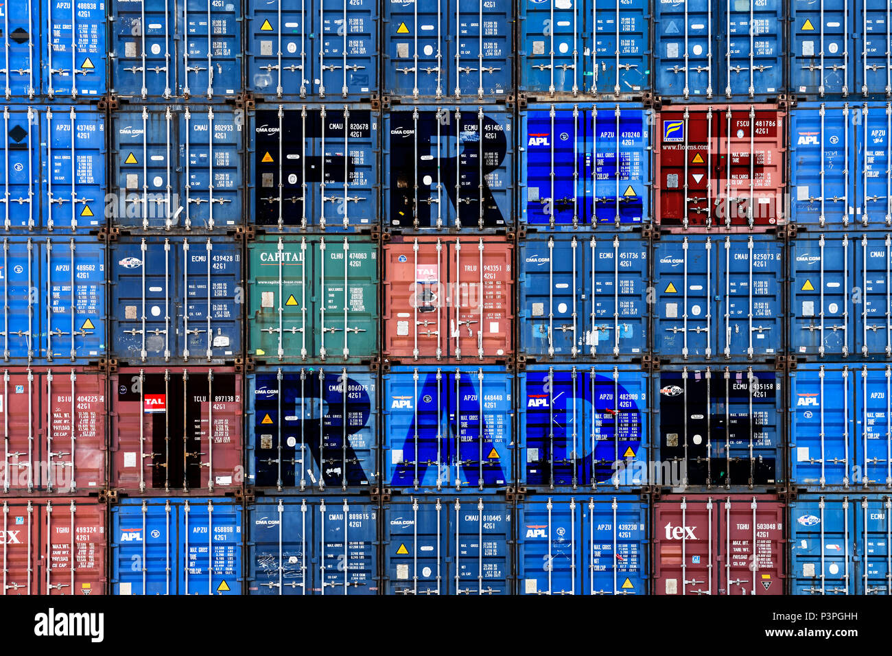 Stacked containers labeled free trade, free trade Photo icon, Gestapelte Container mit der Aufschrift Free Trade, Symbolfoto Freihandel - Stock Image