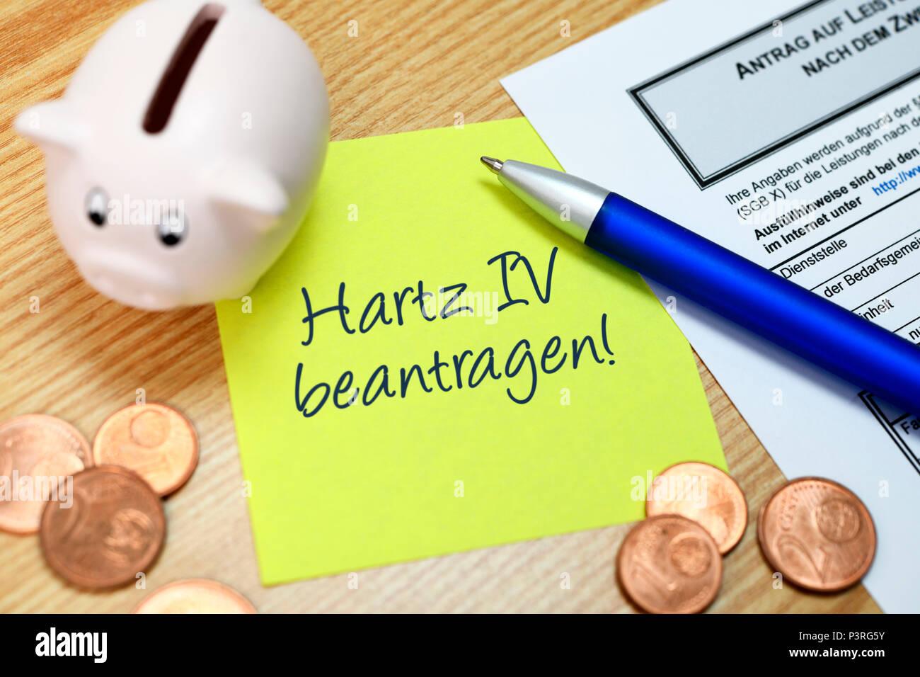 'Memo request with the inscription ''Hartz IV''', Notizzettel mit der Aufschrift 'Hartz IV beantragen' - Stock Image