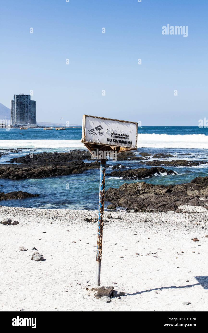 IQUIQUE, CHILE - 17.11.2015: PRAIA CAVANCHA - Placa de alerta na Praia de Cavancha. (Foto: Ricardo Ribas / Fotoarena) Stock Photo