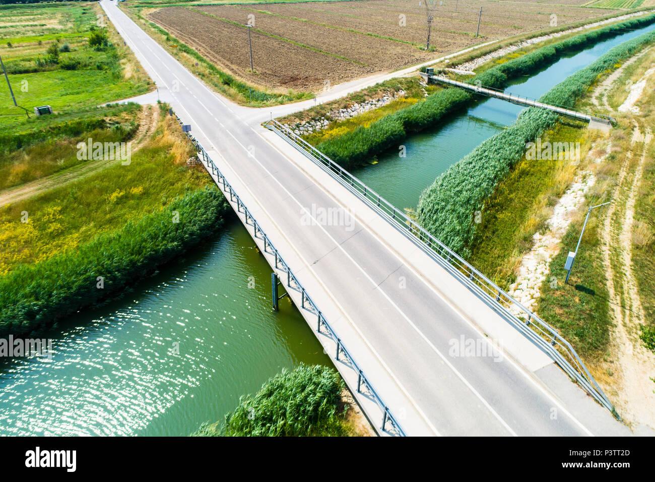 Luftaufnahme einer Straßenbrücke über einen Fluß in Kroatien, Istrien - Stock Image