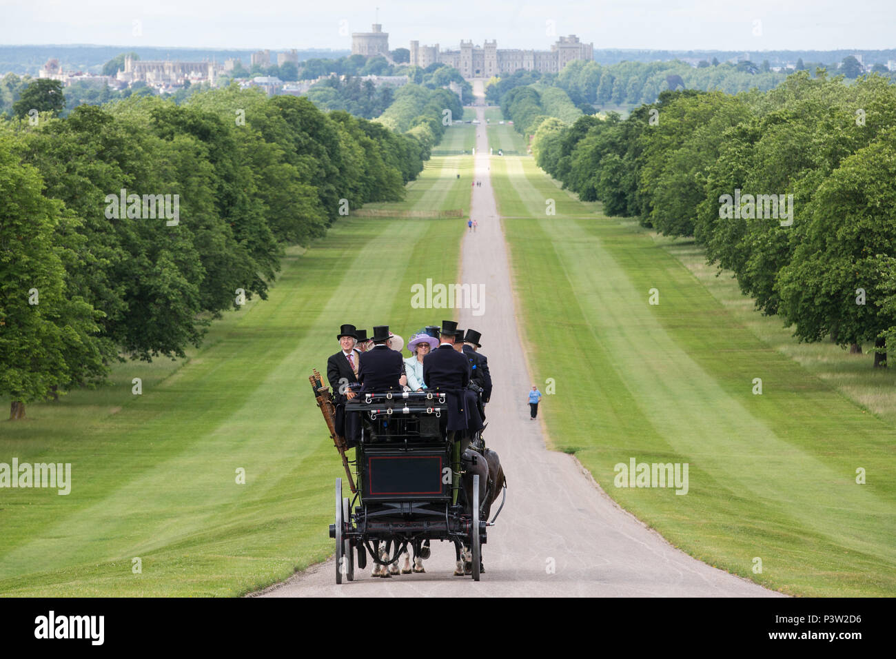 Windsor, UK. 19th June, 2018. Horse drawn carriages carry smartly attired racegoers back along the Long Walk in Windsor Great Park towards Windsor Castle at the end of the first day of Royal Ascot. Credit: Mark Kerrison/Alamy Live News Stock Photo