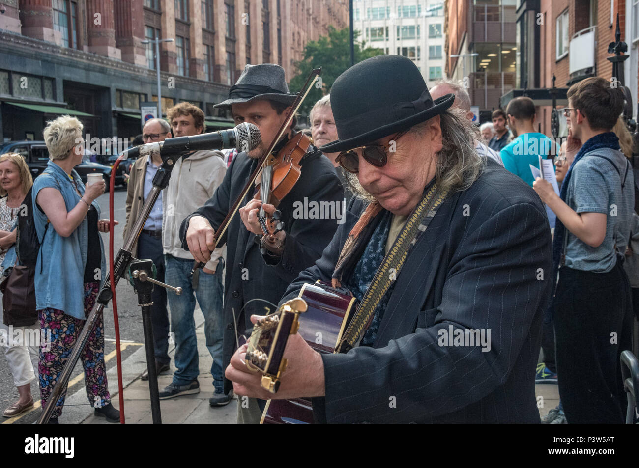 London, UK. 19th June 2018. Irish singer/songwriter Joe Black performs at the rally outside the Ecuadorian Embassy in London calling for Julian Assange to be allowed safe passage to the place of his choice to mark six years since he was given asylum there. They called for the UK authorities to allow him to leave the embassy and go to the country of his choice without being arrested. Credit: Peter Marshall/Alamy Live News - Stock Image