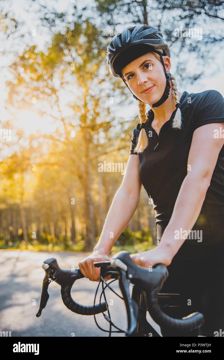 Fahrradfahrerin auf der Strasse, Cycling Girl Mallorca auf einem Rennrad Stock Photo