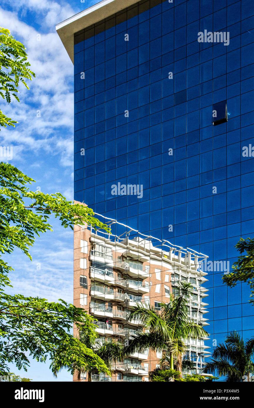 Reflexo de edifício na Cidade Pedra Branca, um empreendimento imobiliário sustentável na Grande Florianópolis. Palhoça, Santa Catarina, Brasil. Stock Photo