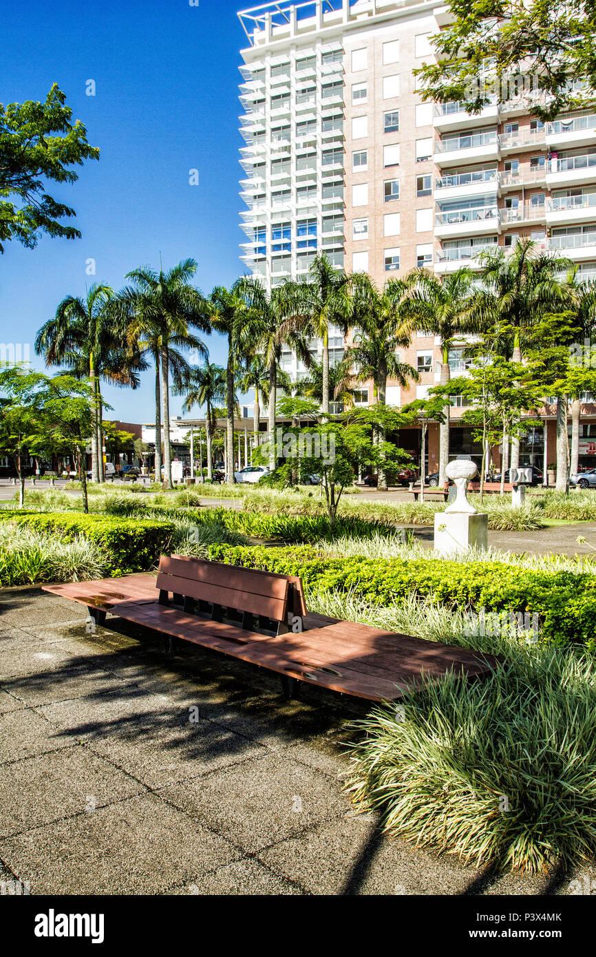 Mobiliário urbano na Praça Passeio Pedra Branca, na Cidade Pedra Branca, um empreendimento imobiliário sustentável na Grande Florianópolis. Palhoça, Santa Catarina, Brasil. Stock Photo