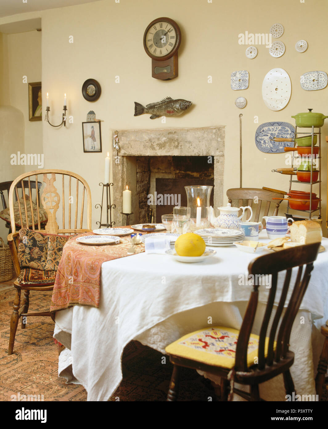 Genial Antique Windsor Carver Chair With Old Wooden Chairs At Table With White  Linen Cloth Set For Breakfast In Country Dining Room