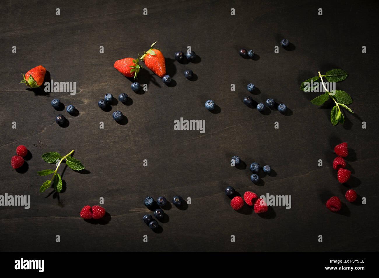Blaubeeren, Erdbeeren, Himbeeren und Minze Stock Photo