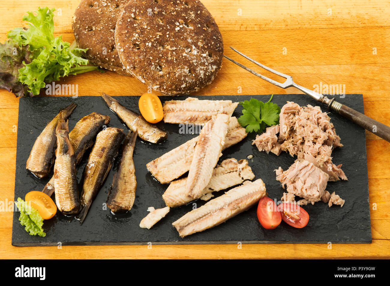 kalte Fischplatte, Thunfisch, Sardinen, Sprotten - Stock Image