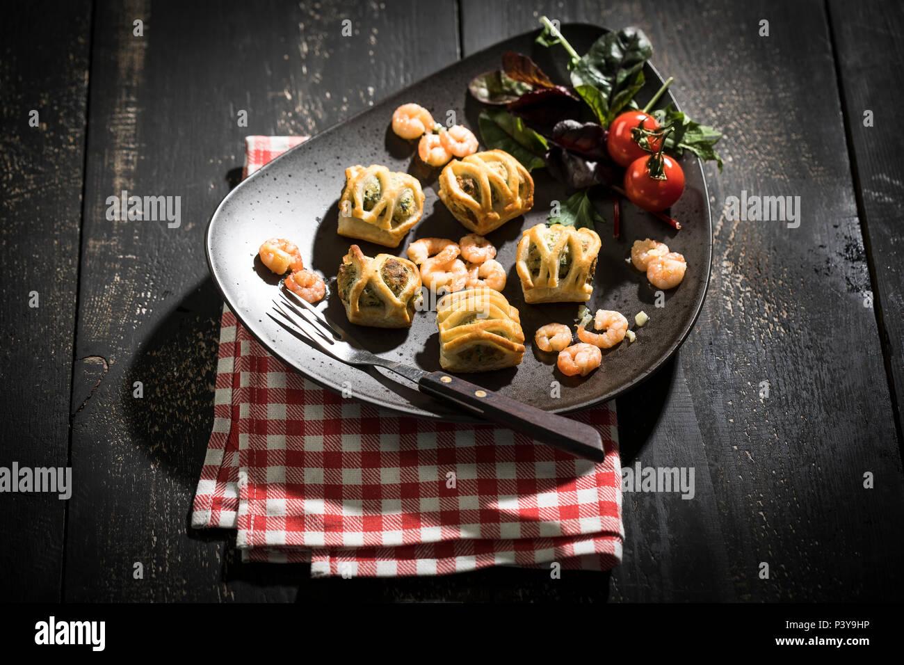 Blätterteigtaschen gefüllt mit Lachs & Spinat, Garnelen und Frischkäse, frischer Blattspinat - Stock Image