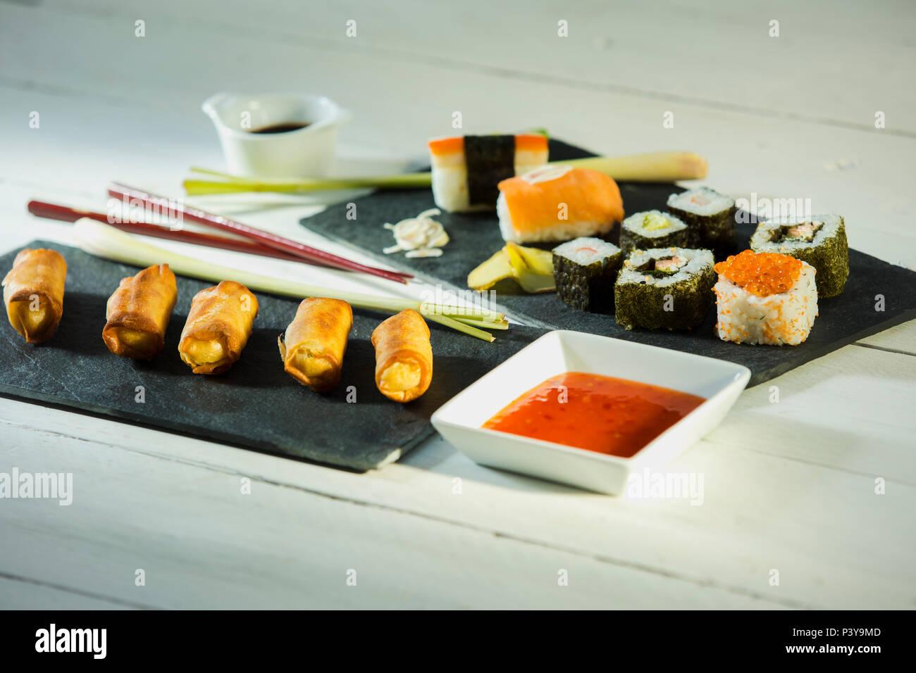 Frühlingsrollen und Sushi - Stock Image