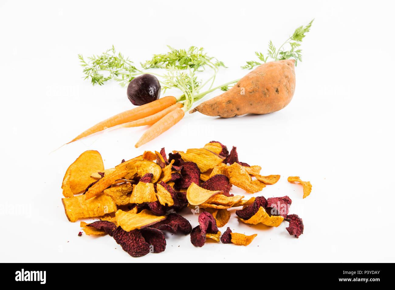 Chips aus Karotten, Roter Beete & Süßkartoffeln Stock Photo