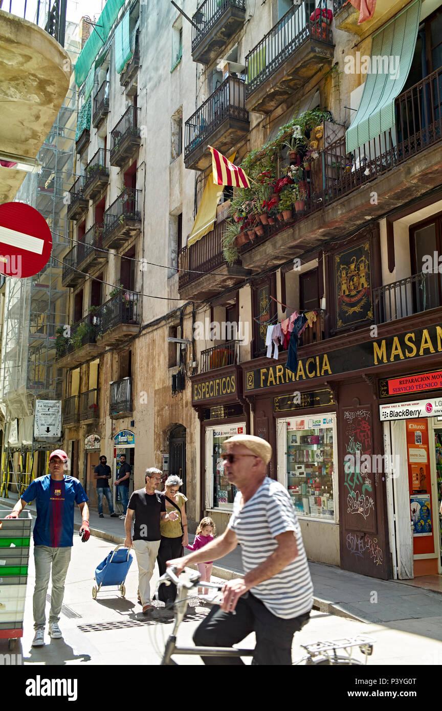 Spain, Barcelona Street scene outside Farmcia, chemist shop, Gothic Quarter. - Stock Image
