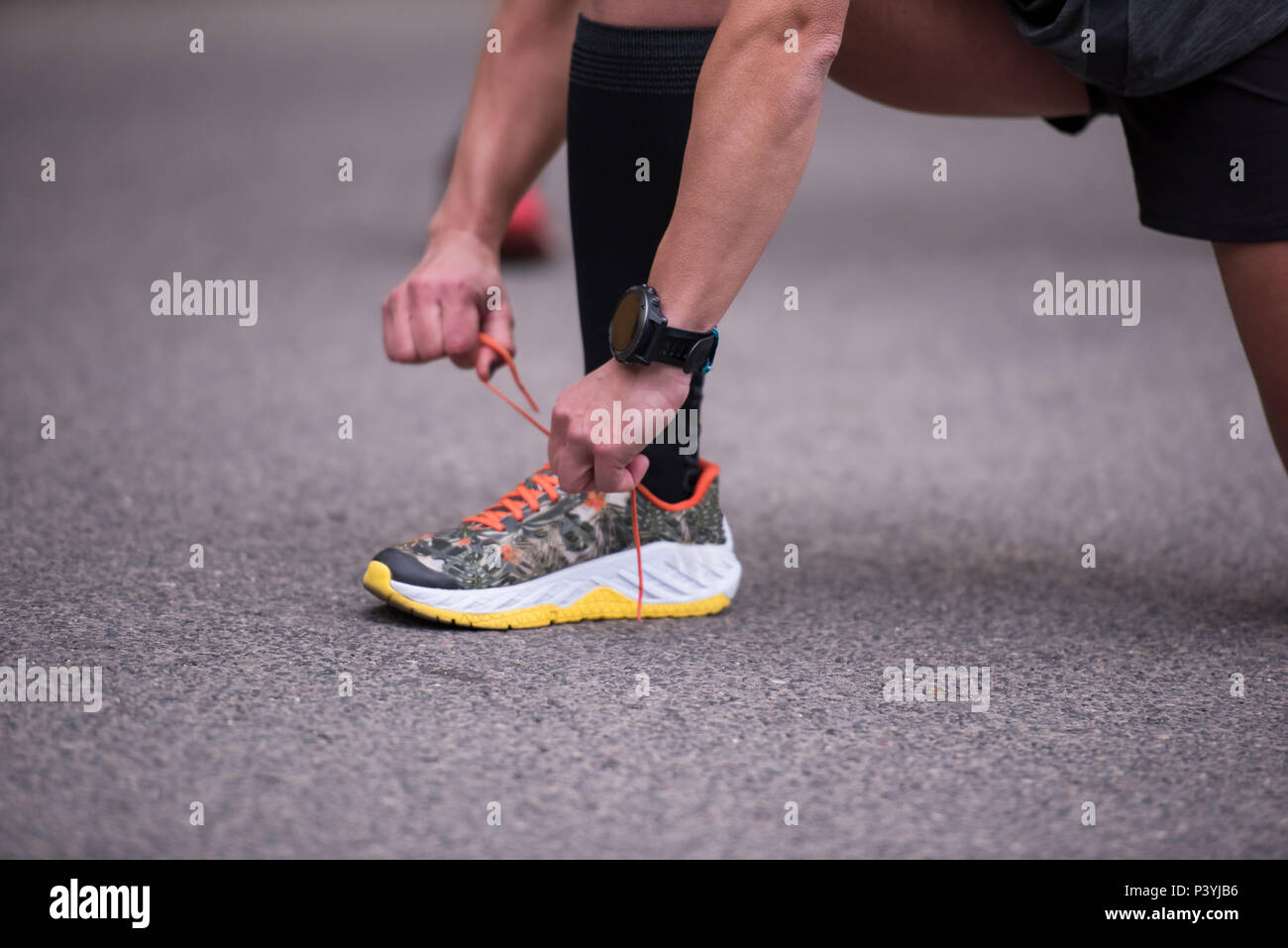 City Getting Woman Park Ready Run At Tying Laces Running Shoes To On vnmN80w