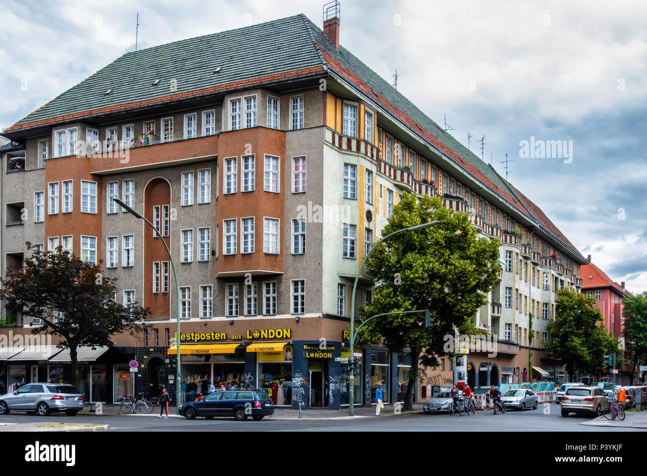 Berlin-Kreuzberg Kottbusser Damm street view. Historic listed old apartment building & Restposten aus London fashion shop - Stock Image