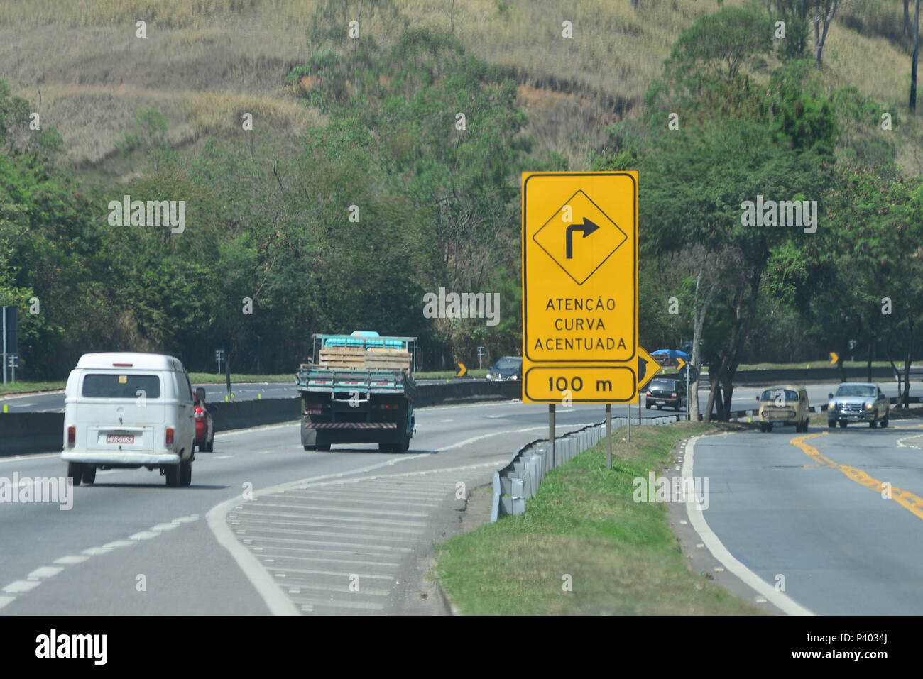 Trânsito, sinalização e movimento nas rodovias do Rio de Janeiro. Stock Photo