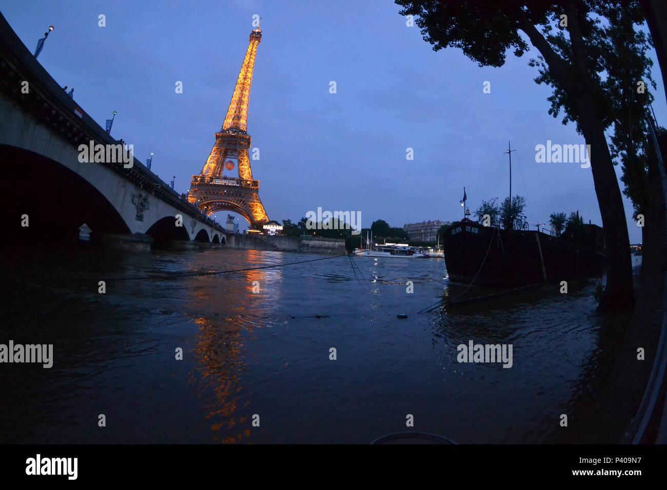 Les grandes crus à Paris - Les quais de Seine ne sont plus accessibles : l'eau est montée. Du Trocadéro à Bercy, en passant par la bibliothèque François Mitterrand, des quais Mauriac à l'Ile Saint Louis, un paysage jamais vu en février 2018 et 2016 Stock Photo