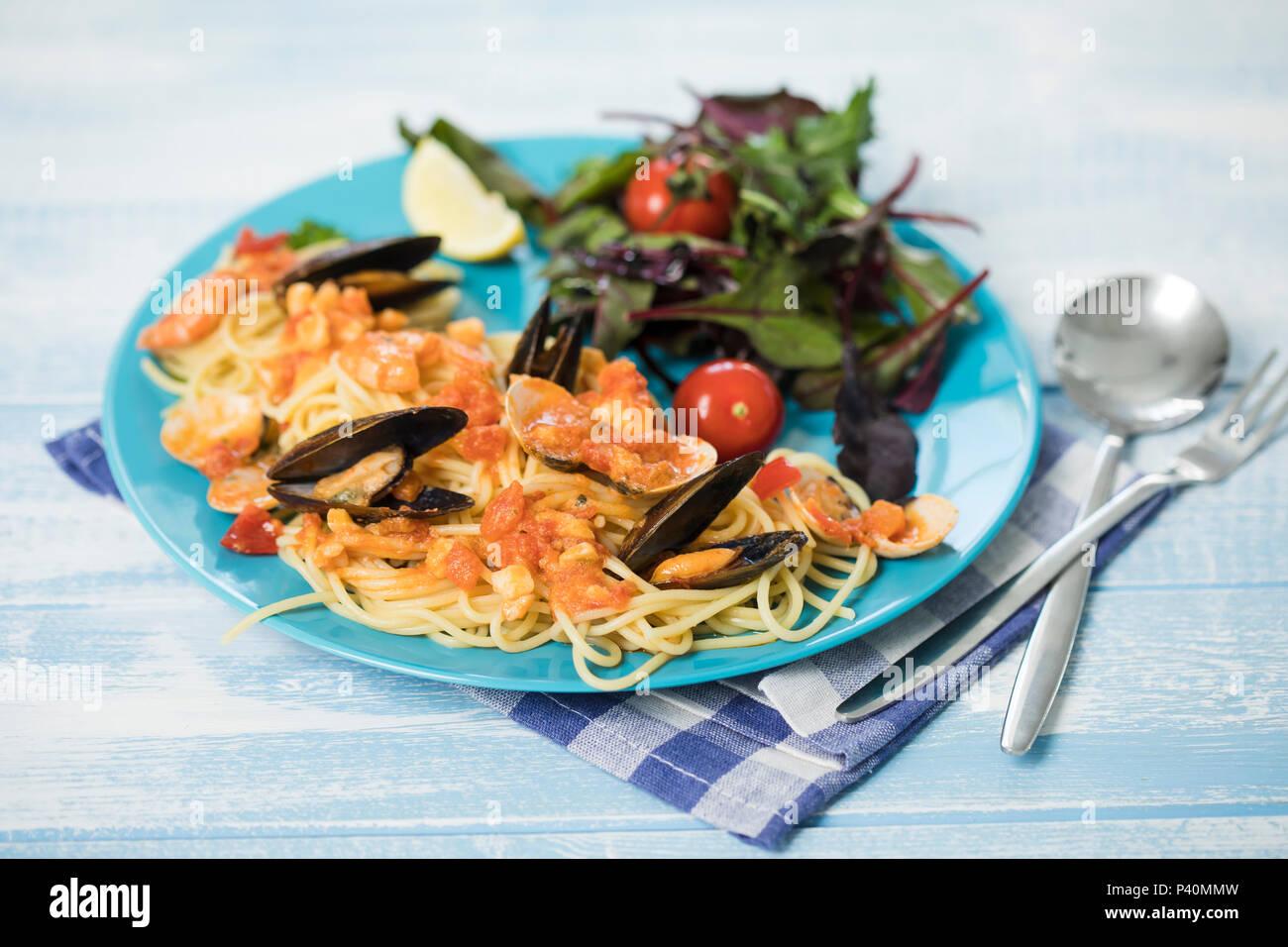 Spaghetti Frutti di Mare, frischer Blattspinat - Stock Image