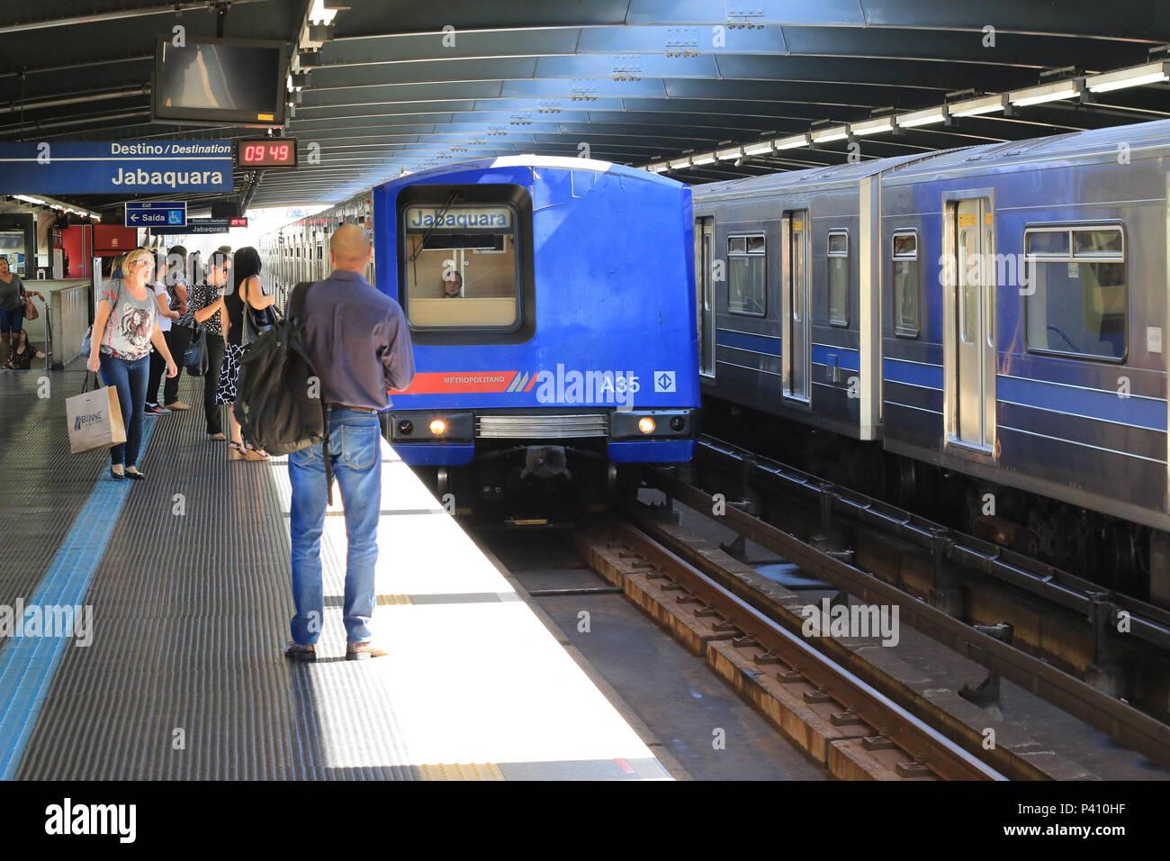 ca66e7c600974 Trem chegando na plataforma do metrô da estação Parada Inglesa, zona norte  de São Paulo.
