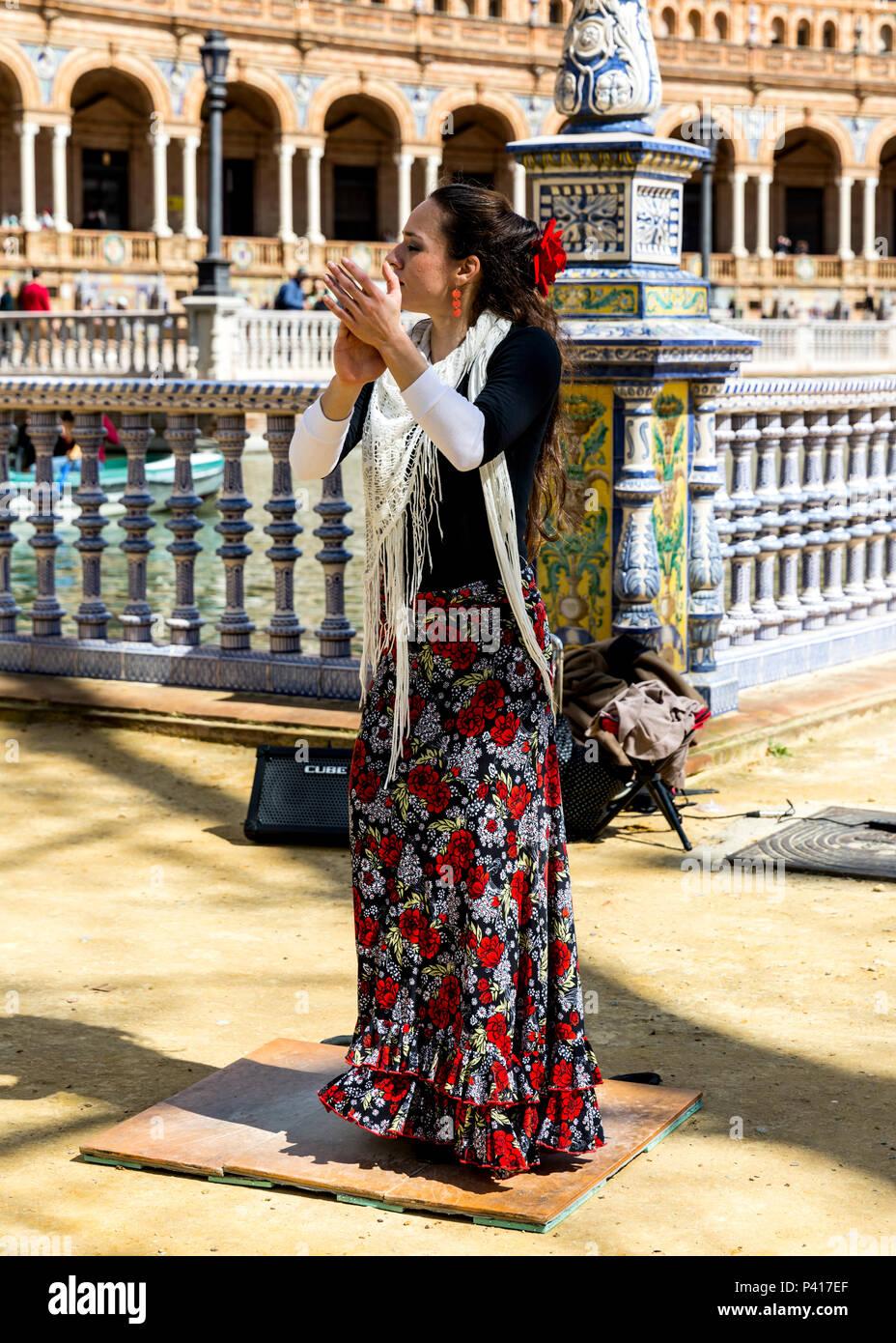 Spanish flamenco dancer, Plaza de Espana, Seville, Andalusia, Spain. - Stock Image