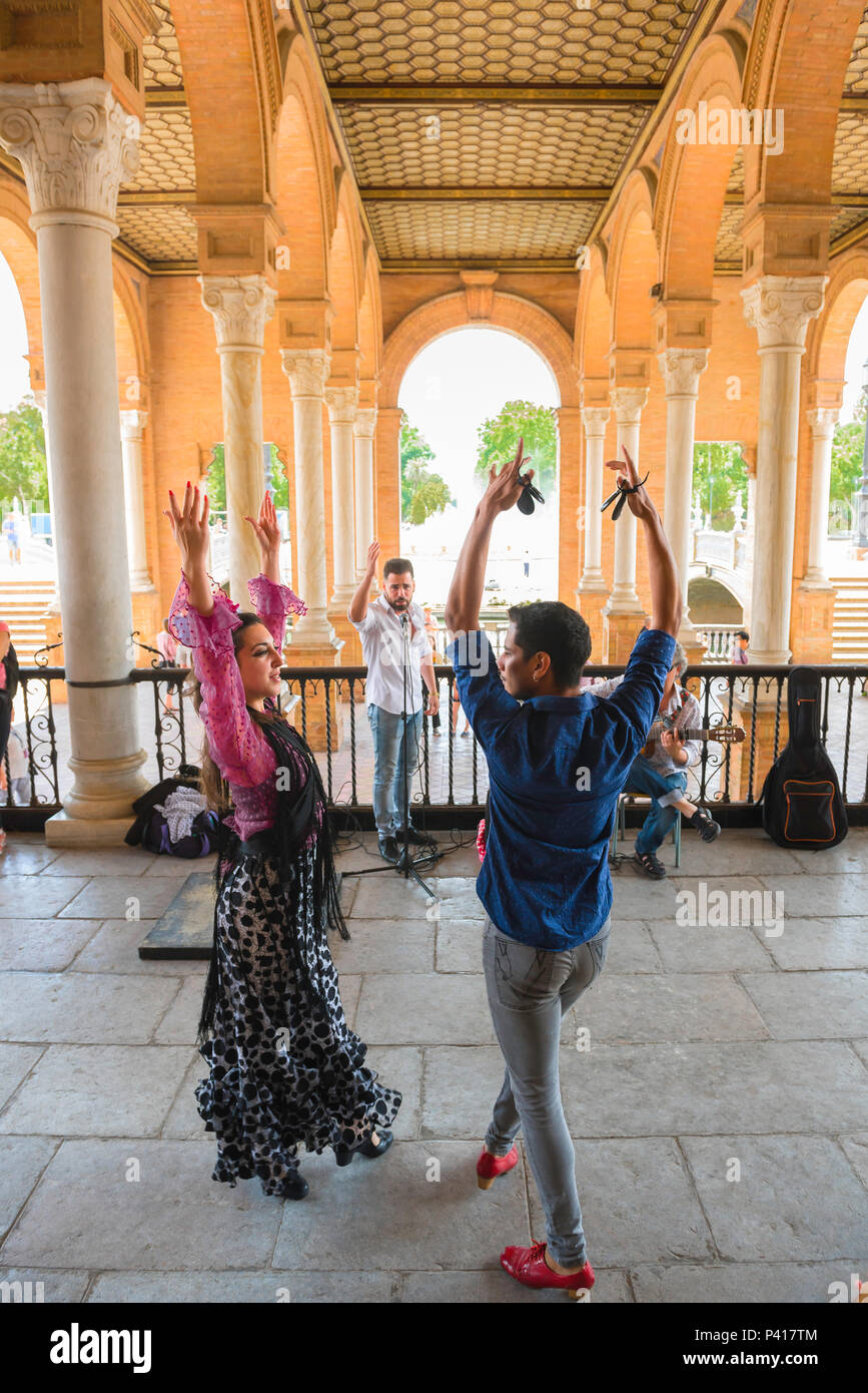 Flamenco Spain, two flamenco dancers perform under the colonnade in the Plaza de Espana on a summer afternoon in Seville (Sevilla), Spain. - Stock Image