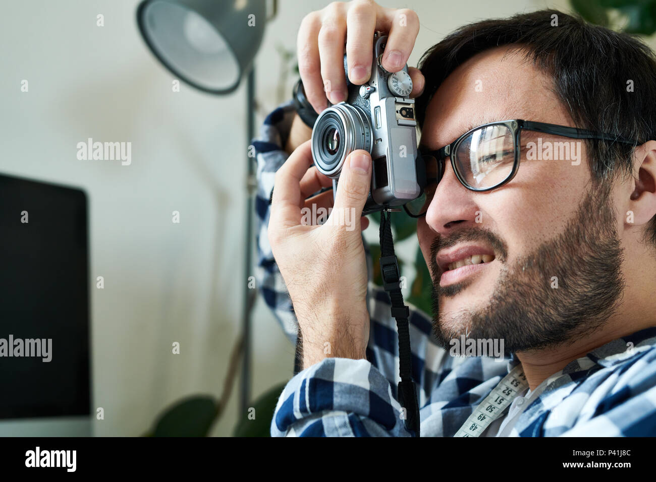 Man working with vintage camera - Stock Image