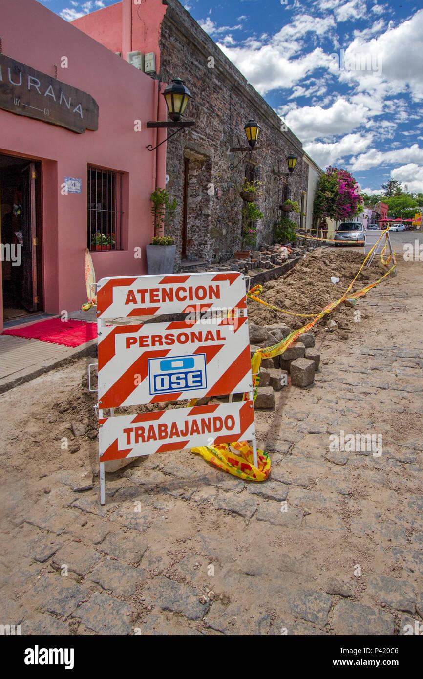 Colonia del Sacaramento - Colonia - Uruguai Personal Trabajando Placa de Pessoas trabalhando Obras Reforma Rua Obras na Rua Placa em espanhol Colonia Colonia del Sacramento Uruguai América do Sul - Stock Image