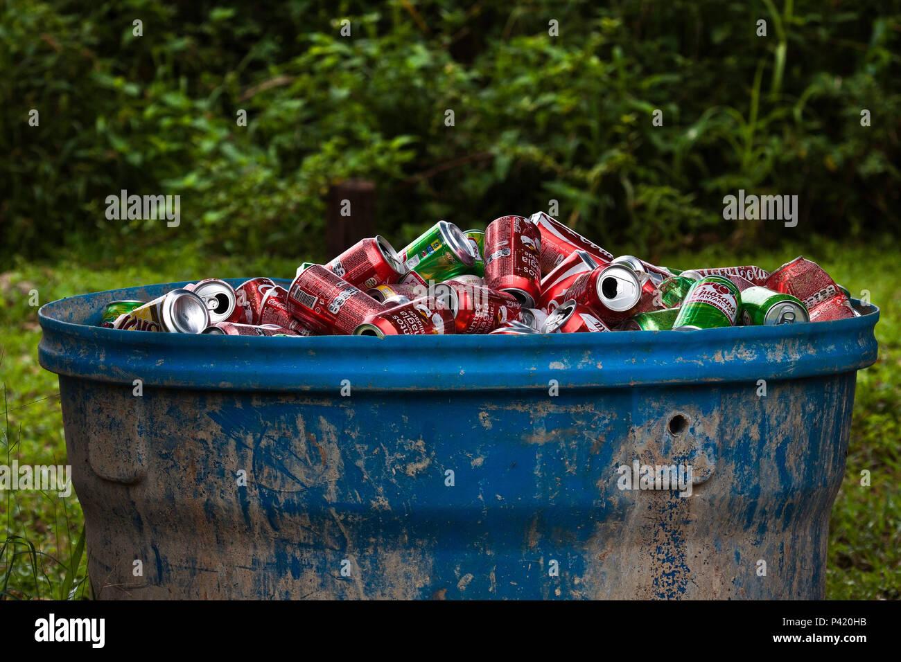 Aquidauana-MS Data 14/03/2011 Coleta seletiva de Latas Latas de refrigerantes ecerveja separação de material reciclável lixo reciclável Stock Photo