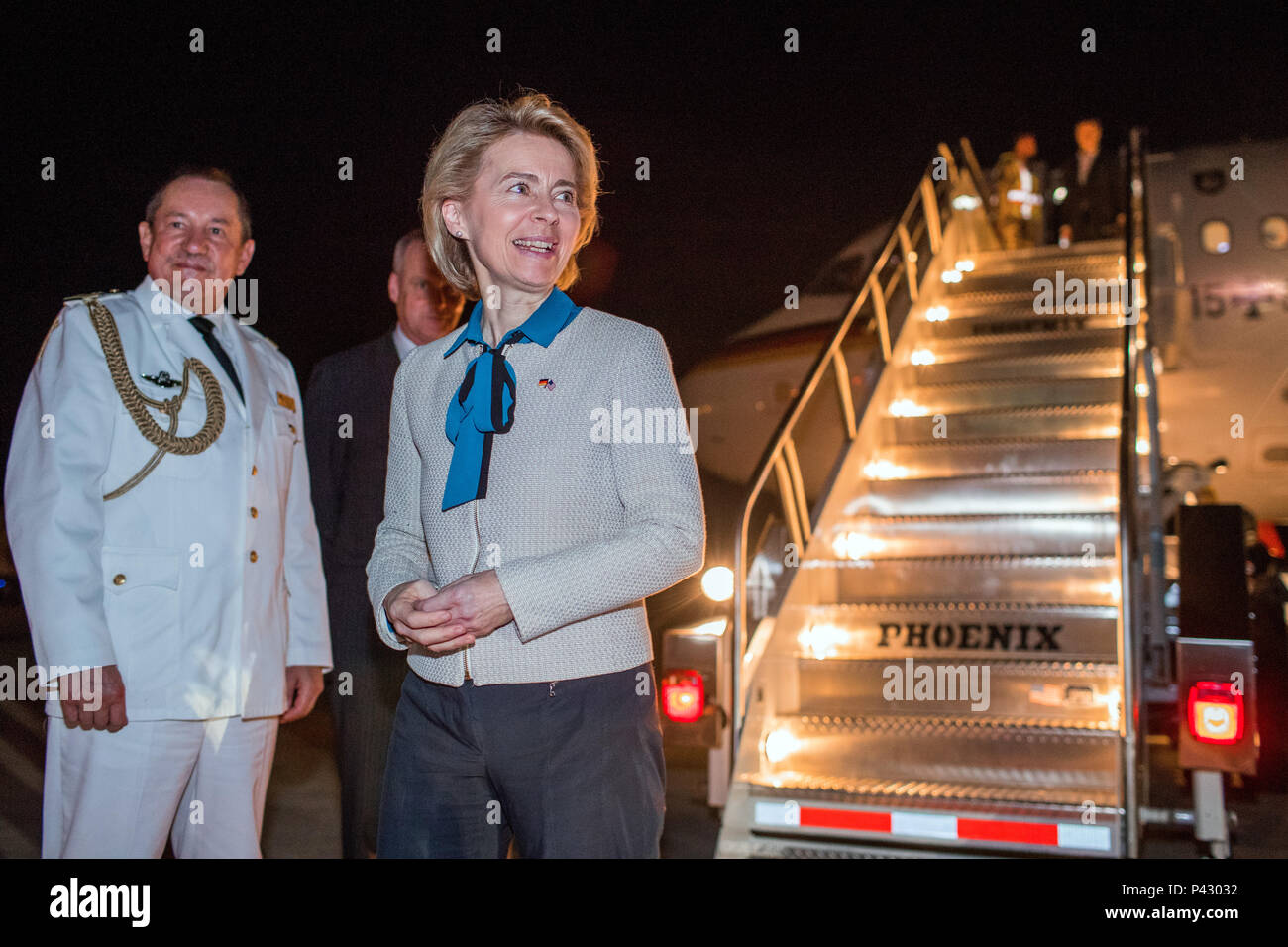 Washington, USA. 20th June, 2018. German Defence Minister Ursula von der Leyen of the Christian Democratic Union (CDU) is greeted at the airport by Boris Ruge (c) and defence attache Thomas Ernst. Von der Leyen will be in the US for two days to speak with US Defence Secretary Mattis. Credit: Jens Büttner/dpa-Zentralbild/dpa/Alamy Live News - Stock Image