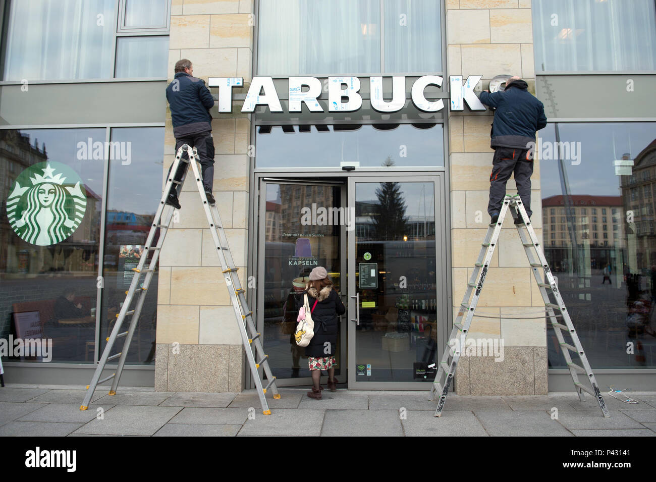 Dresden, Germany. 08th Jan, 2018. The lettering of a 'Starbucks' coffee shop is being attached to a storefront. Credit: Sebastian Kahnert/dpa-Zentralbild/dpa/Alamy Live News - Stock Image