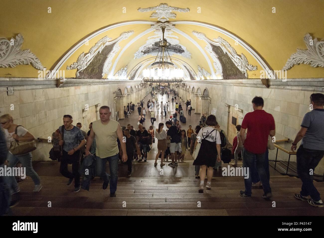 Moscow, Russia. 18th June, 2018. People walk around the Komsomolskaya metro station. Credit: Federico Gambarini/dpa/Alamy Live News - Stock Image