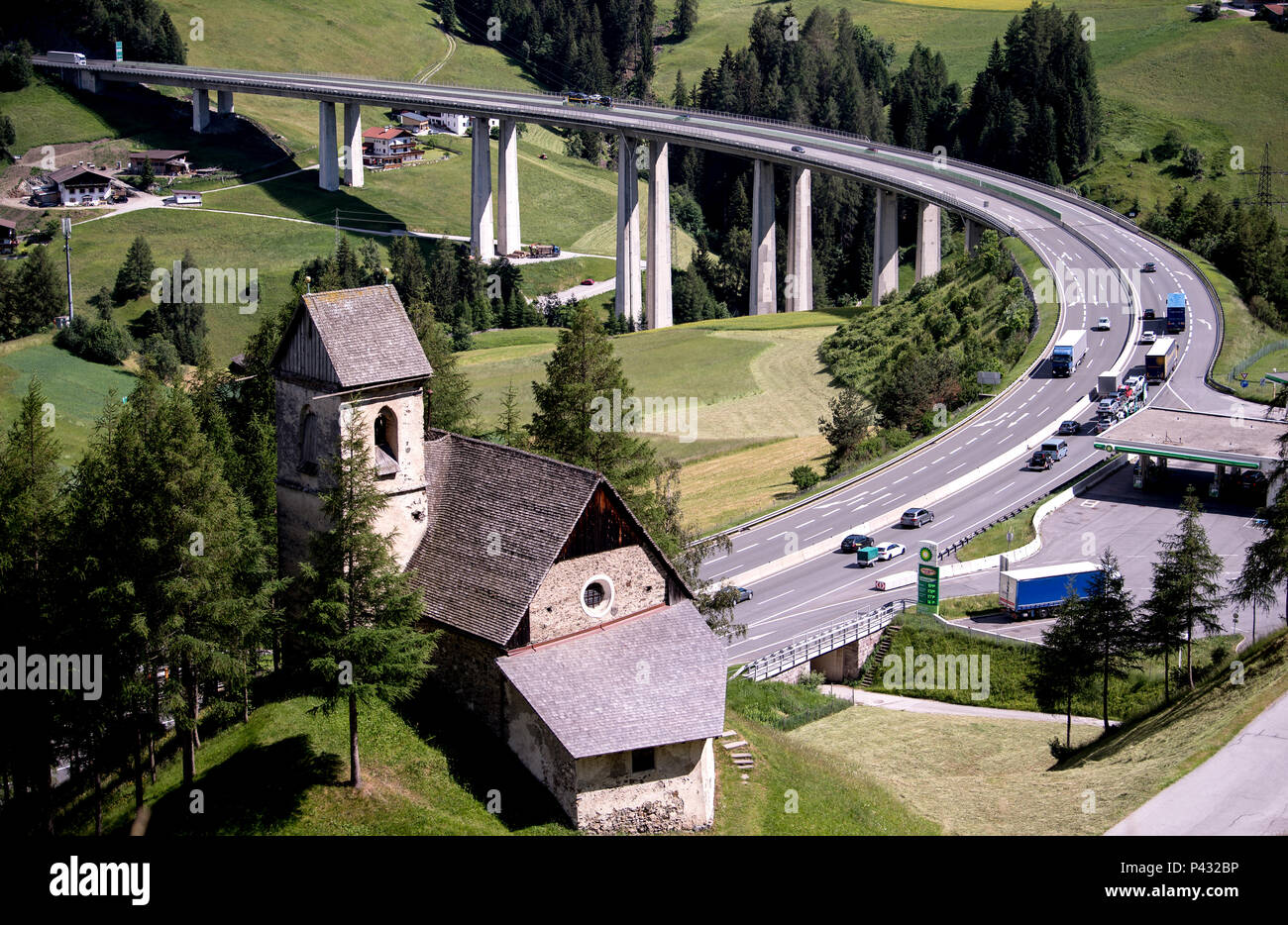 Gries, Austria. 15th June, 2018. Cars and trucks cross the Brenner mountain pass (highway A13). Credit: Sven Hoppe/dpa/Alamy Live News - Stock Image