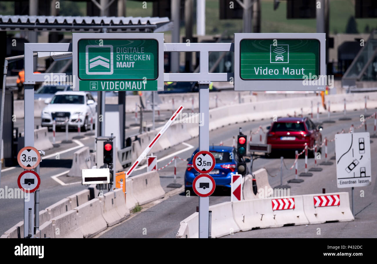Schoenberg, Austria. 15th June, 2018. Cars and trucks on the Brenner mountain pass (highway A13) drive into a toll station. Credit: Sven Hoppe/dpa/Alamy Live News - Stock Image